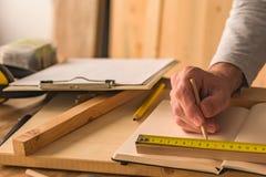Carpentiere che fa la cornice in officina fotografie stock libere da diritti
