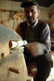 Carpentiere che handcrafting un alpenhorn di legno Fotografie Stock
