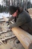 Carpentiere che insabbia un ceppo facendo uso di una piallatrice elettrica Fotografie Stock
