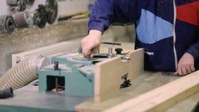 Carpentiere che installa la lama per sega circolare sulla macchina stock footage