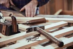 Carpentiere che lavora nella sua officina fotografia stock