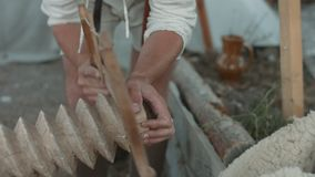 Carpentiere che sega la vite di legno stock footage