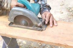 Carpentiere che taglia un di legno Fotografia Stock Libera da Diritti