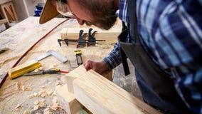 Carpentiere con esperienza in officina fotografia stock libera da diritti