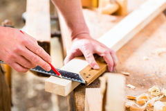 Carpentiere con il pezzo in lavorazione in carpenteria Immagine Stock Libera da Diritti