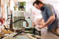 Carpentiere con la taglierina elettrica Immagine Stock