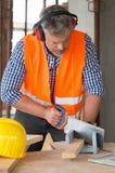 Carpentiere Cutting Wood Fotografia Stock Libera da Diritti