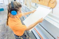 Carpentiere della donna che lavora nella fabbrica della mobilia immagine stock libera da diritti