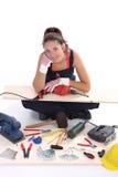 Carpentiere della donna con gli strumenti del lavoro Immagini Stock Libere da Diritti