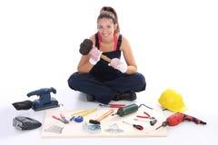 Carpentiere della donna con gli strumenti del lavoro Immagine Stock Libera da Diritti
