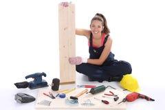 Carpentiere della donna con gli strumenti del lavoro Fotografia Stock Libera da Diritti
