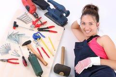 Carpentiere della donna con gli strumenti del lavoro Fotografia Stock