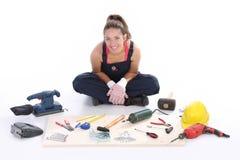 Carpentiere della donna con gli strumenti del lavoro Fotografie Stock Libere da Diritti