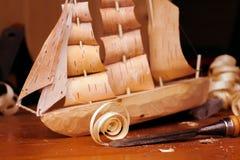 Carpentiere di legno con un aereo, chip, corteccia dell'officina del giocattolo della nave di betulla, casalinga Immagini Stock