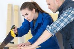 Carpentiere ed apprendista femminile Immagini Stock