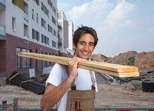 Carpentiere ispanico di risata sul cantiere Fotografia Stock
