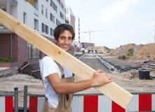 Carpentiere ispano sul lavoro sul cantiere Fotografia Stock