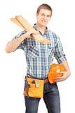 Carpentiere sorridente che tiene un casco ed i davanzali Fotografia Stock Libera da Diritti