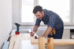 Carpentiere sul lavoro immagini stock libere da diritti