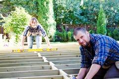 Carpentieri con il trapano ed il livello Fotografia Stock