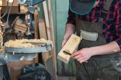 Carpentieri con la macchina del trapano elettrico che perfora bordo di legno immagini stock libere da diritti