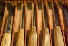 carperter s用工具加工木雕 库存照片
