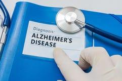 Carpeta azul con diagnosis de la enfermedad de Alzheimer fotografía de archivo