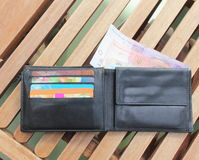 Carpeta con las tarjetas del dinero y de crédito Imágenes de archivo libres de regalías