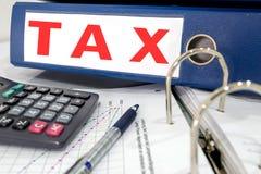 Carpeta de archivos del impuesto en la tabla foto de archivo libre de regalías