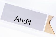 Carpeta de la oficina con la auditoría de la etiqueta Imagenes de archivo