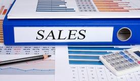 Carpeta de las ventas con la calculadora en la oficina Fotografía de archivo libre de regalías
