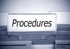 Carpeta de los procedimientos en la oficina foto de archivo