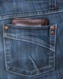 Carpeta en el bolsillo posterior de bragas del demin Imágenes de archivo libres de regalías