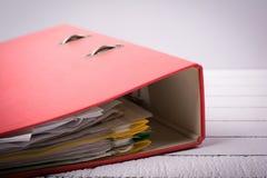 Carpeta llena con los documentos para el trabajo y la administración Fotos de archivo
