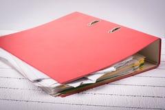 Carpeta llena con los documentos para el trabajo y la administración Fotografía de archivo libre de regalías