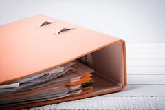 Carpeta llena con los documentos para el trabajo y la administración Imagen de archivo