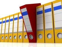 Carpeta roja seleccionada en la fila de carpetas amarillas Imágenes de archivo libres de regalías