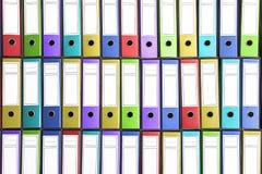 Carpetas coloridas Carpetas coloridas de la oficina Foto de archivo libre de regalías