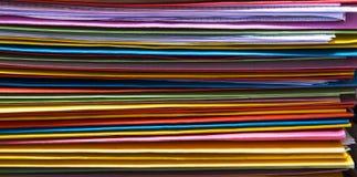 Carpetas coloridas de la oficina sin clasificar Imagen de archivo