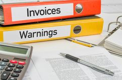 Carpetas con las facturas y las advertencias de la etiqueta Imagen de archivo libre de regalías