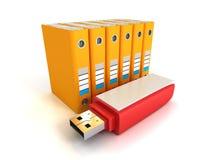 Carpetas de anillo anaranjadas de la oficina con memoria USB roja Foto de archivo libre de regalías