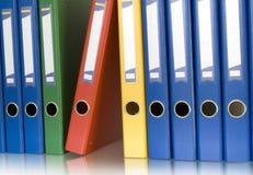 Carpetas de anillo del color en fila imágenes de archivo libres de regalías