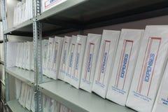 Carpetas de archivo de almacenamiento con los documentos de costos Imágenes de archivo libres de regalías