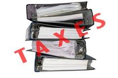 Carpetas de archivos del impuesto en el fondo blanco Imagen de archivo