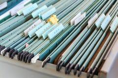 Carpetas de archivos en un cabinete de archivo Fotografía de archivo libre de regalías