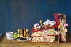 Carpetas de archivos sucias, sellos, burocracia Imágenes de archivo libres de regalías
