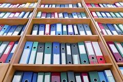 Carpetas de fichero, colocándose en los estantes Imagenes de archivo