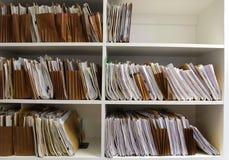 Carpetas de fichero en estante Fotos de archivo