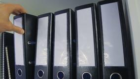Carpetas de la oficina en un estante almacen de video
