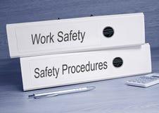 Carpetas de la seguridad del trabajo y de los procedimientos de seguridad en la oficina Imagenes de archivo
